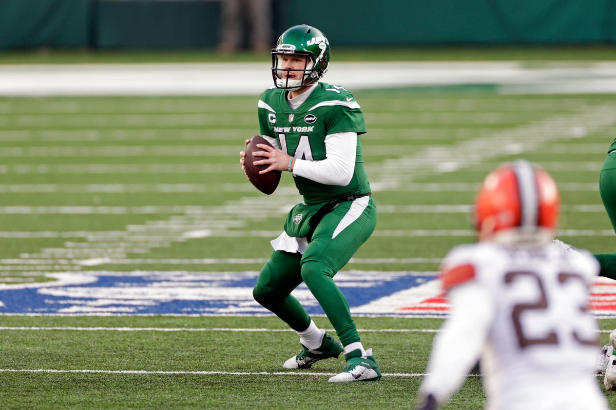 New York Jets quarterback Sam Darnold (14) in action during an NFL football game against the Cleveland Browns, Sunday, Dec. 27, 2020, in East Rutherford, N.J. (AP Photo/Adam Hunger)