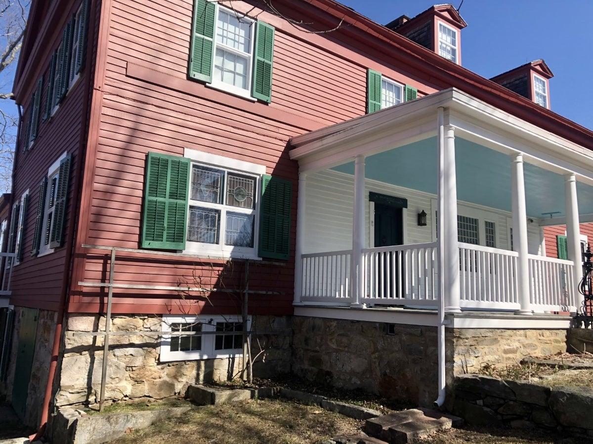 Weir's home (Photo: Brian Heyman, News 12)