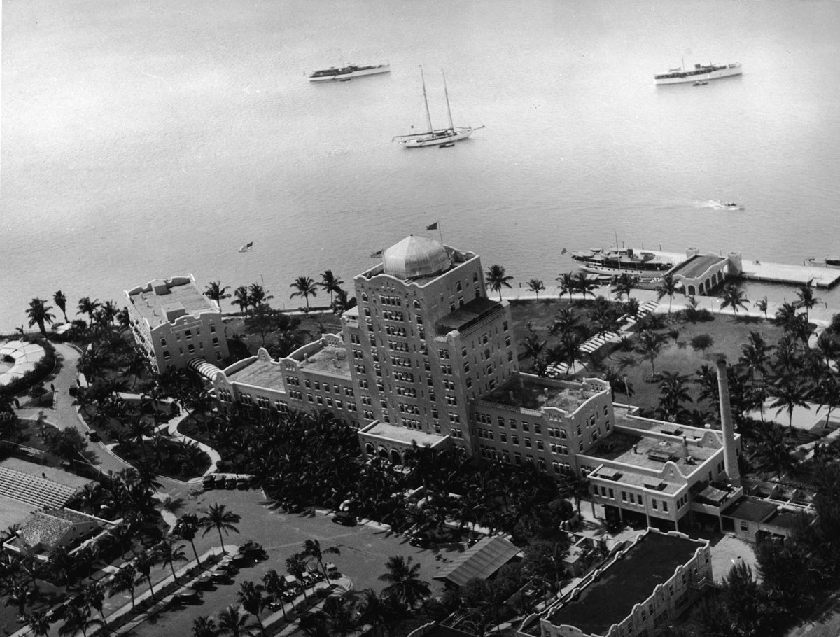 Aerial view of the Flamingo Hotel and several yachts in Biscayne Bay beyond, Miami Beach, Florida, 1920s. The Flamingo was built by Carl Fisher and was one of the first large hotels built in the area. It has subsequently been demolished. (Photo by Hulton Archive/Getty Images)