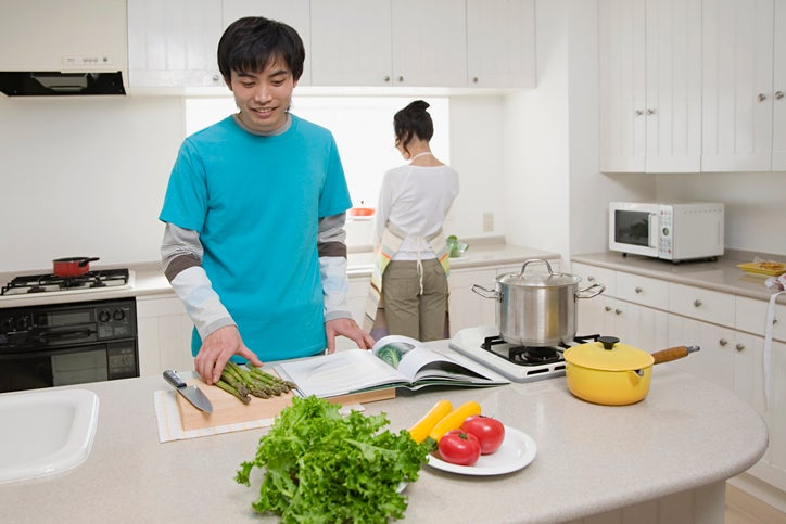 Couple cooking at home. Credit: Image Source / Getty Images