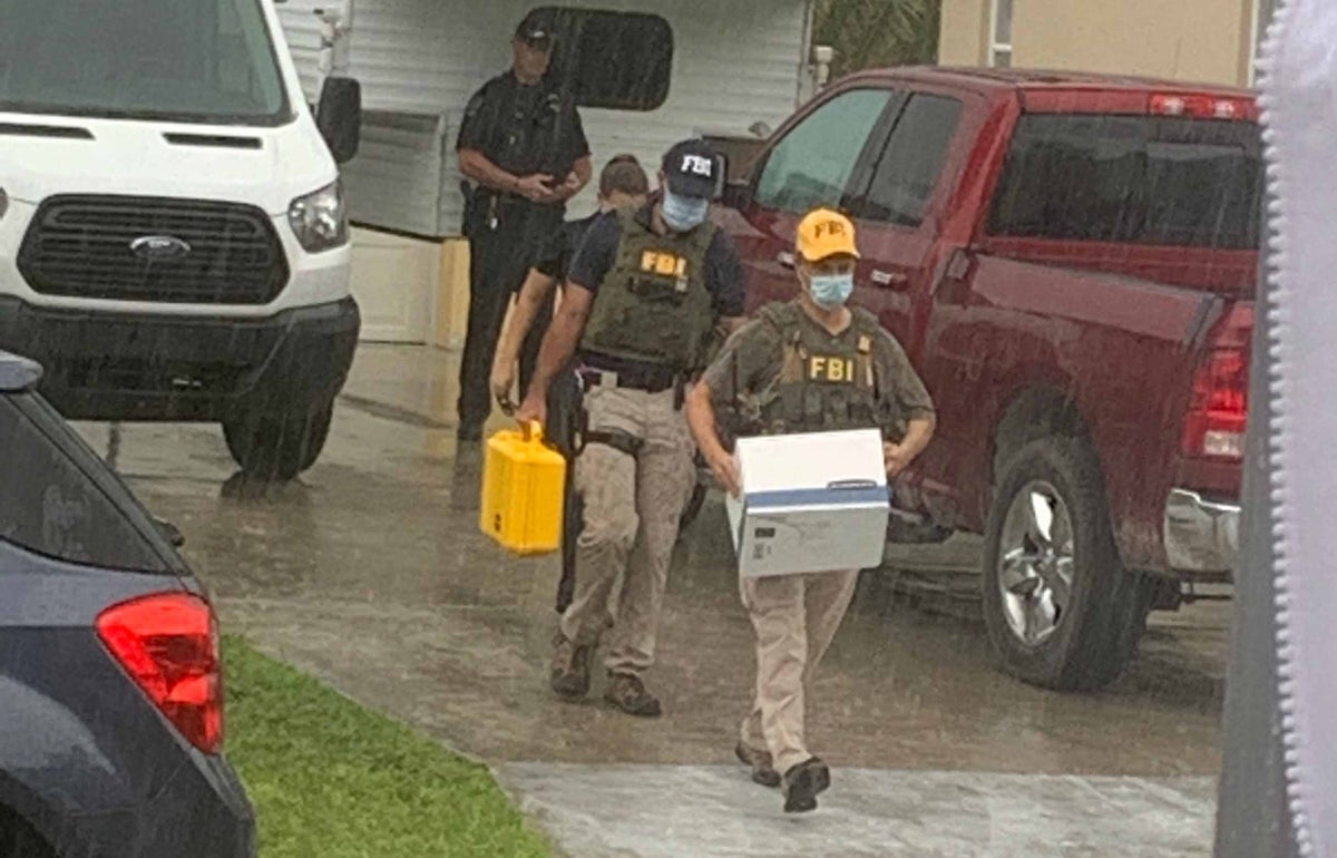 FBI agents remove items from the Laundrie home. (Kevin Vesey/News12)